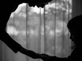 maternitatea între absurd și anacronic